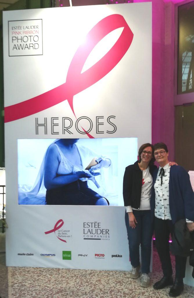 Ma maman et moi devant notre photo à la soirée Estée Lauder Pink Ribbon Photo Award