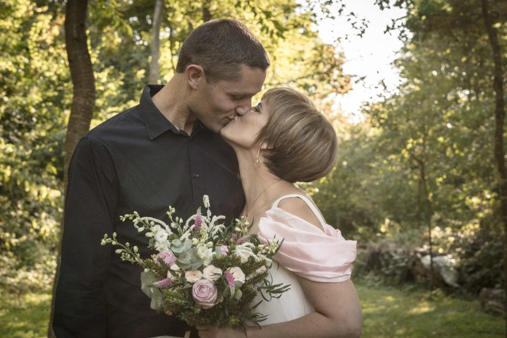 couple mariés baiser nature